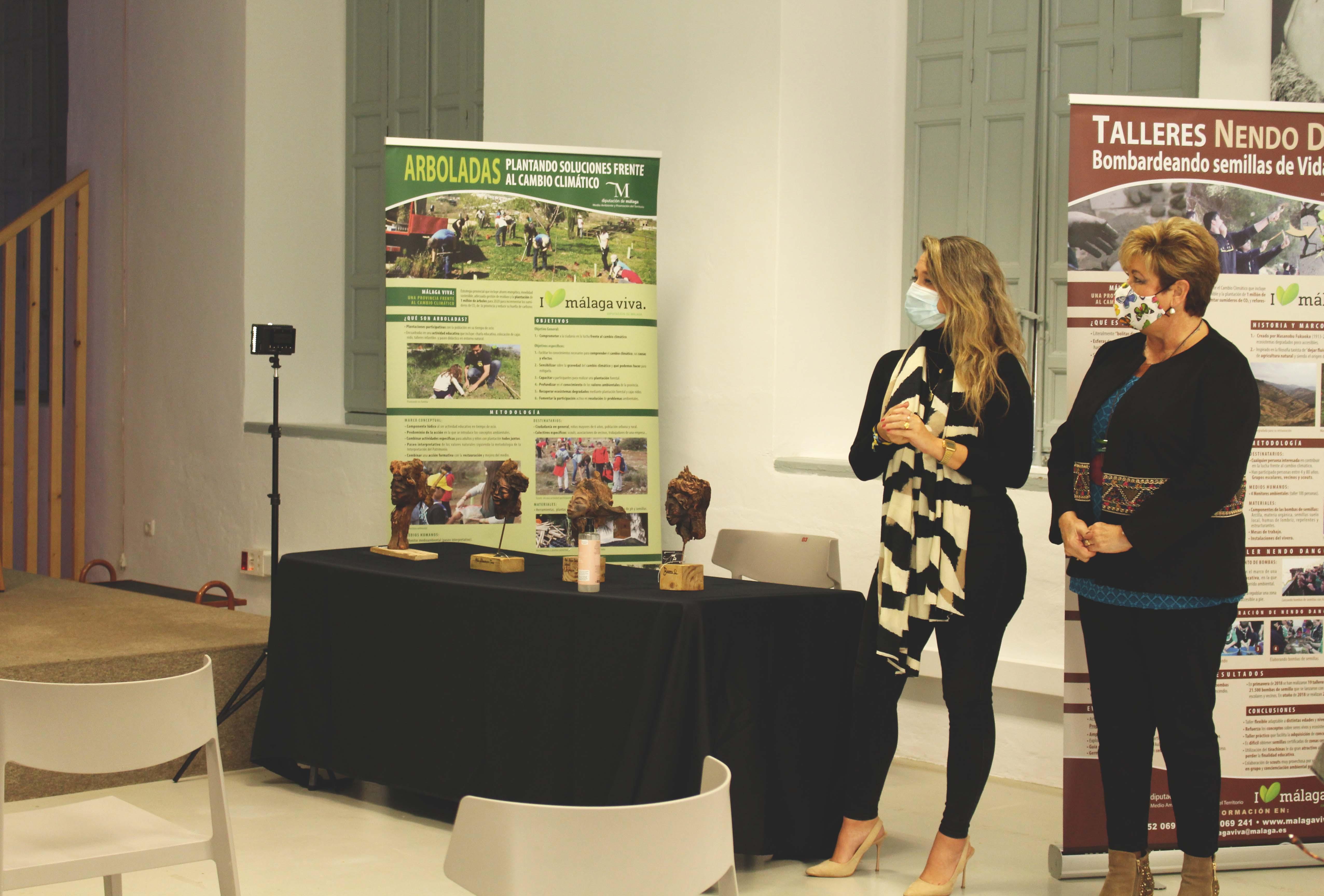 Jéssica Trujillo, concejala de Medio Ambiente del Ayuntamiento de Algarrobo, y Ana Rosa Luque, técnica del área